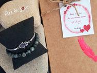 Image de Coffret pour couple bracelet en pierre Oeil De Tigre et bracelet avec motif khomsa en argent émaillé